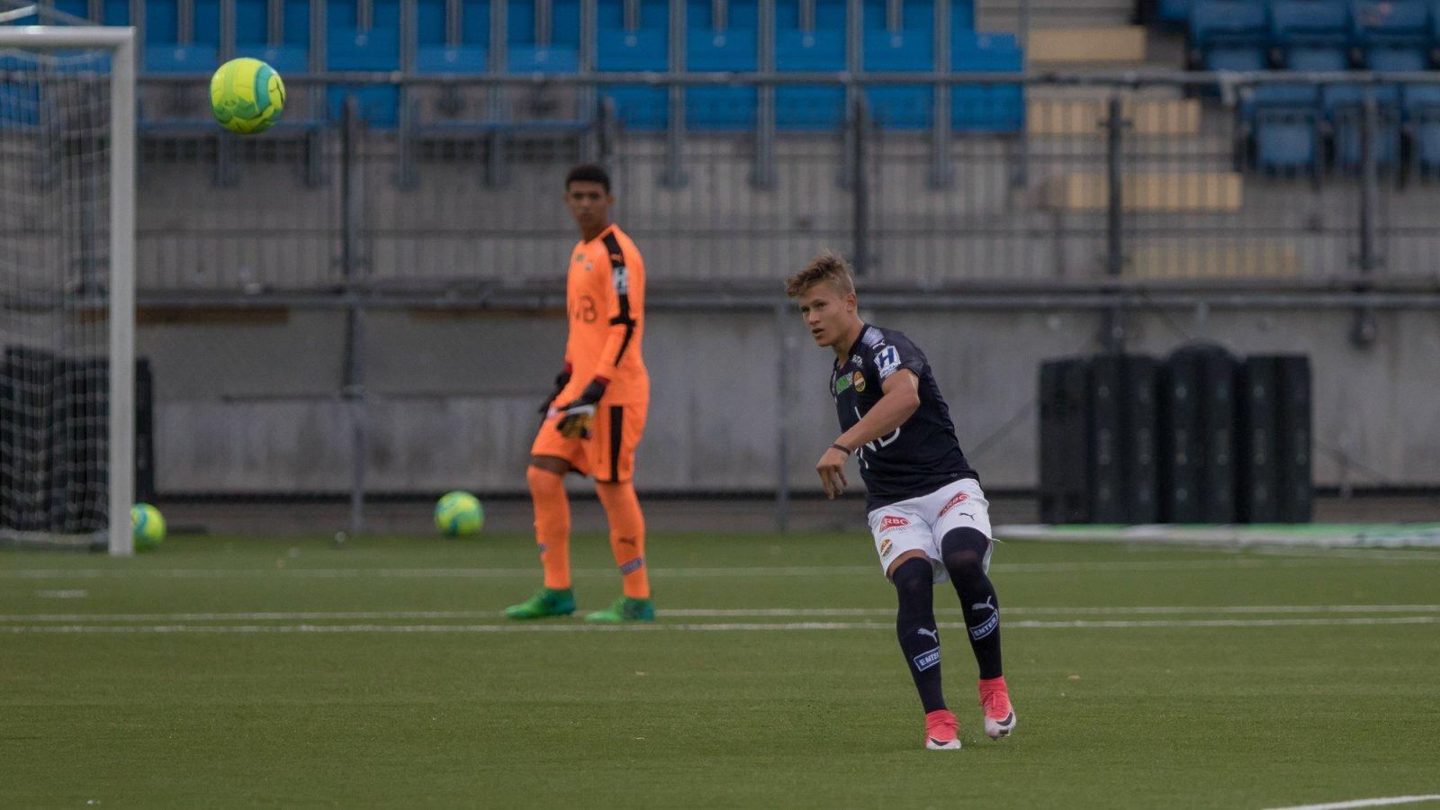 David Campher og Daniel Negussie Skretteberg (i bakgrunnen) for Strømsgodset 3 mot Kongsberg IF.
