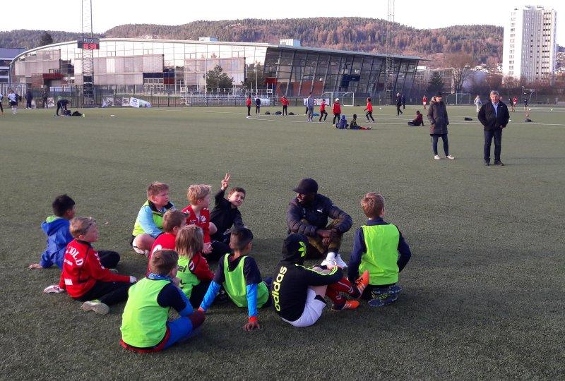 Tokmac Nguen tok seg god tid til å snakke med de unge Skiold spillerne