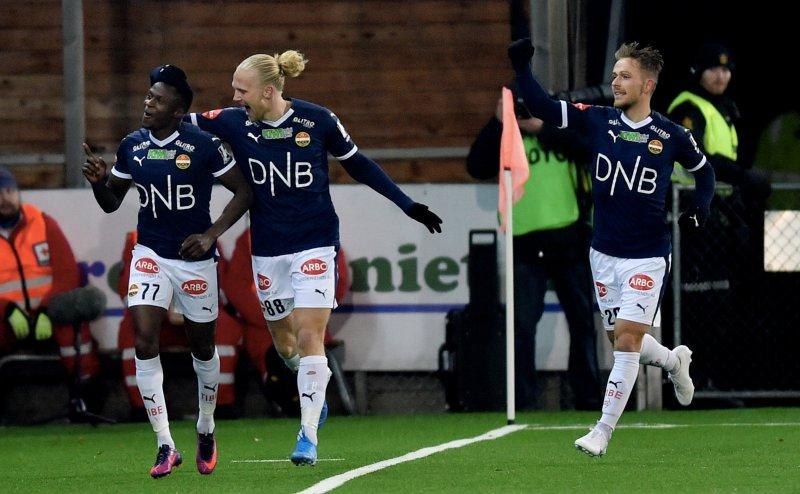 Muhamed Keita, Lars-Jørgen Salvesen og Mikkel Maigaard feirer førstnevntes vakre 2-1-scoring i 2. omgang.