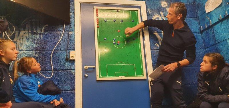 Torkel Knudsen går gjennom taktikken i garderoben.