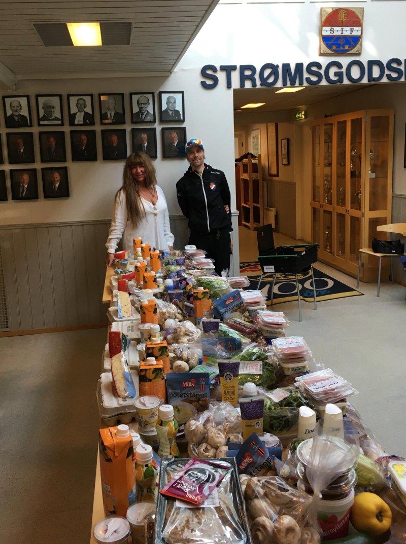 Mari Anne og Robert hjelper til med pakking av matposer og utkjøring.