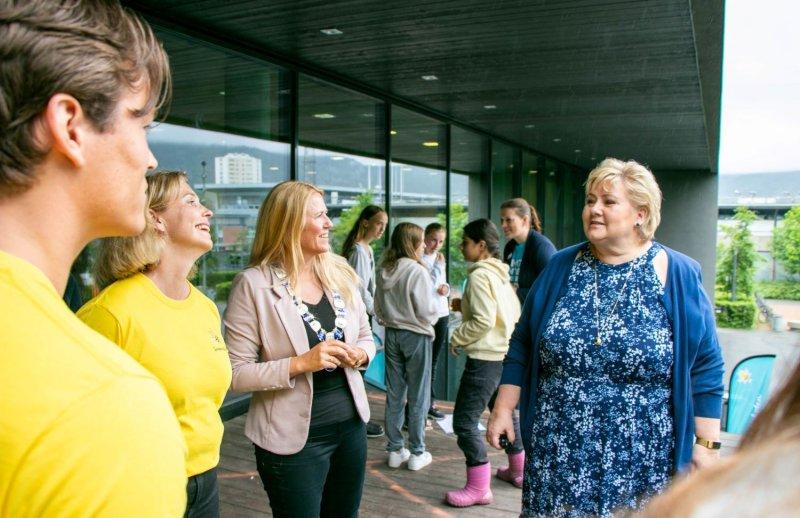Monica Skaane Bakken, ordfører Monica Myrvold Berg og statsminister Erna Solberg startet Sommerskolen. Bilde: Drammen Kommune