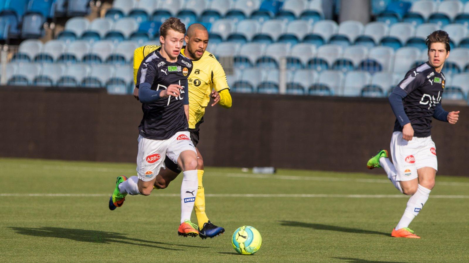 Team SIF - Moss FK 2-5, 18. april 2017: Magnus Lankhof Dahlby med Rene Aleksander Elshaug i ryggen. Kreshnik Krasniqi til høyre.